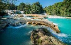 Rejse til mexico, mindre vandfald med blåt vand