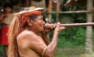 Rejse til Peru, indfødt med våben