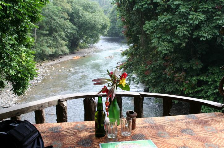 Jungle rejser, café op over floden