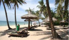 Rejse til Vietnam, strand med stole og parasoller