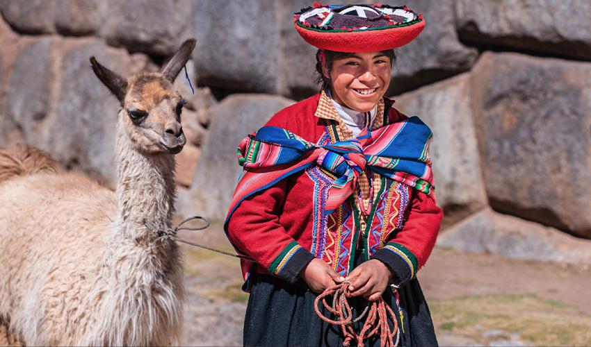 Rejse til Peru, indfødt med farverigt tøj